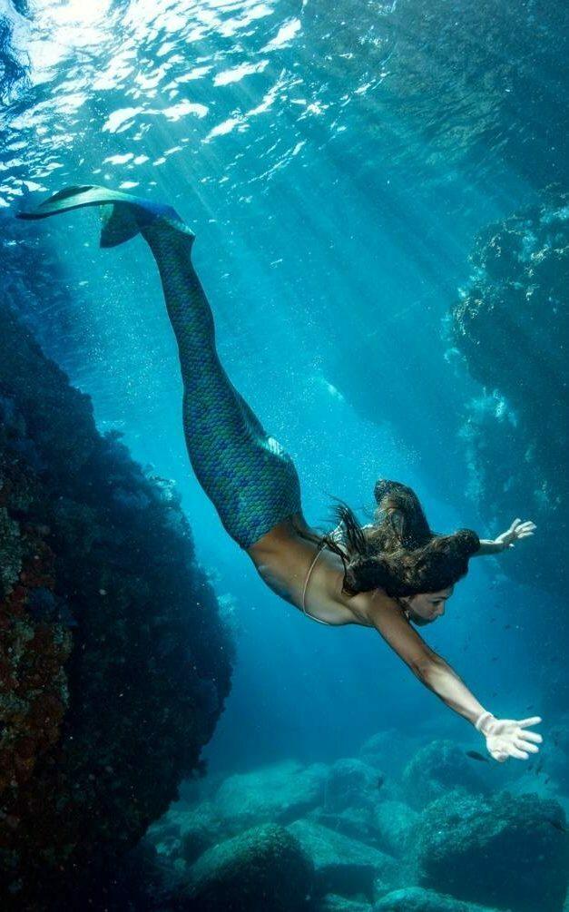 petite sirène fille qui nage
