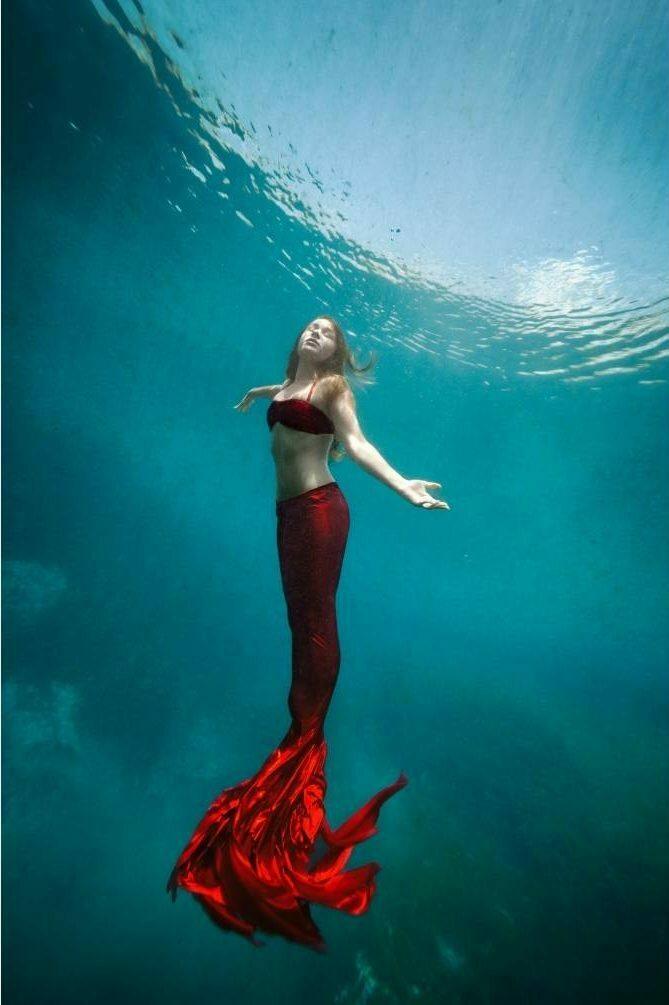 sirène à la queue rouge sous l'eau