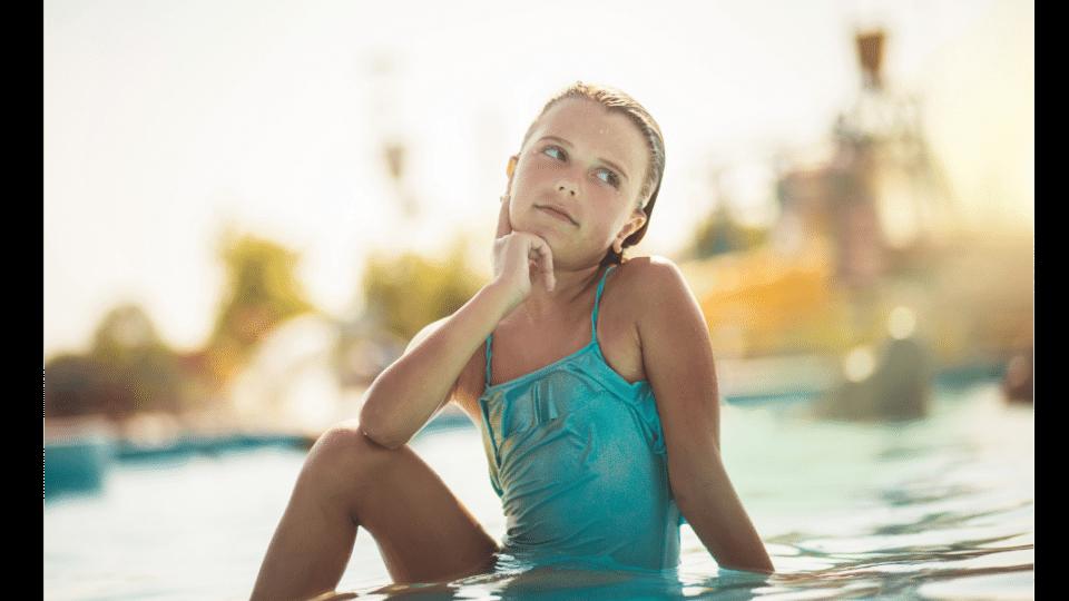 fille en maillot de bain une piece bleu