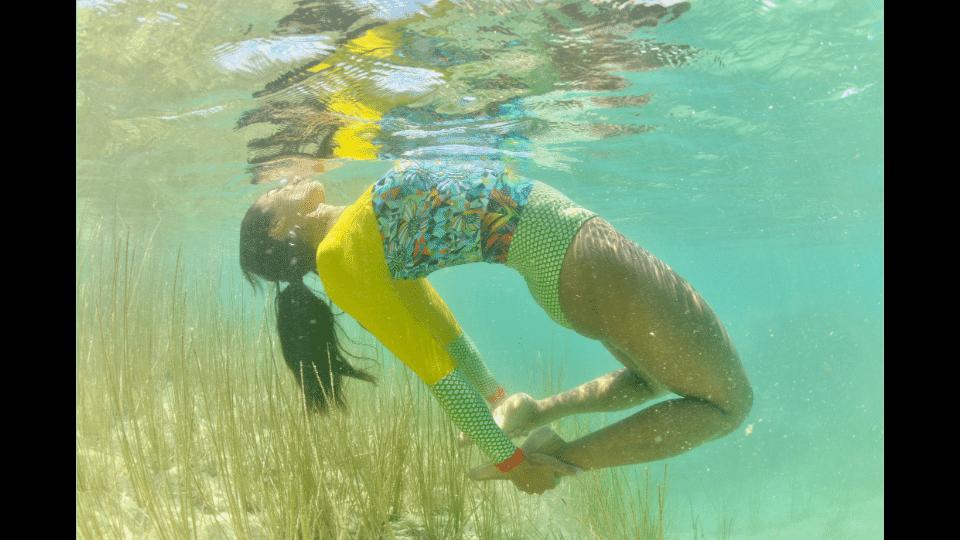 nageuse sous l'eau en maillot de bain manche longues