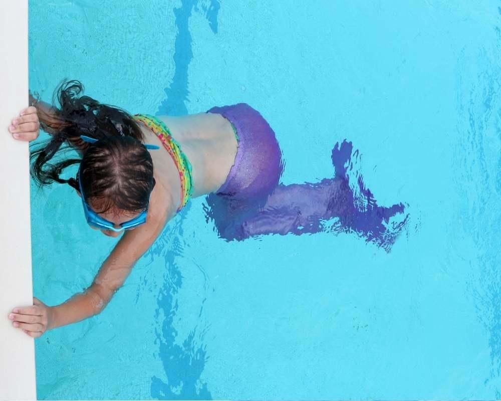 petite sirene en bord de bassin