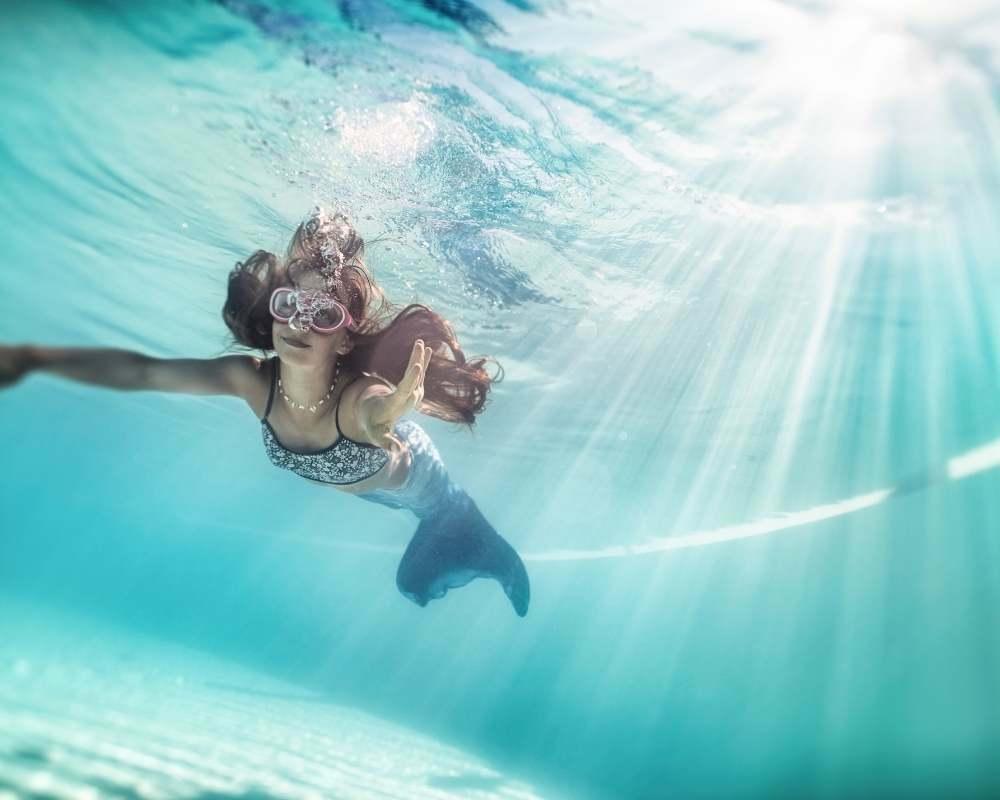 petite fille sirène sous l'eau