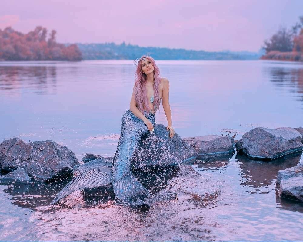 une sirène sur un rocher