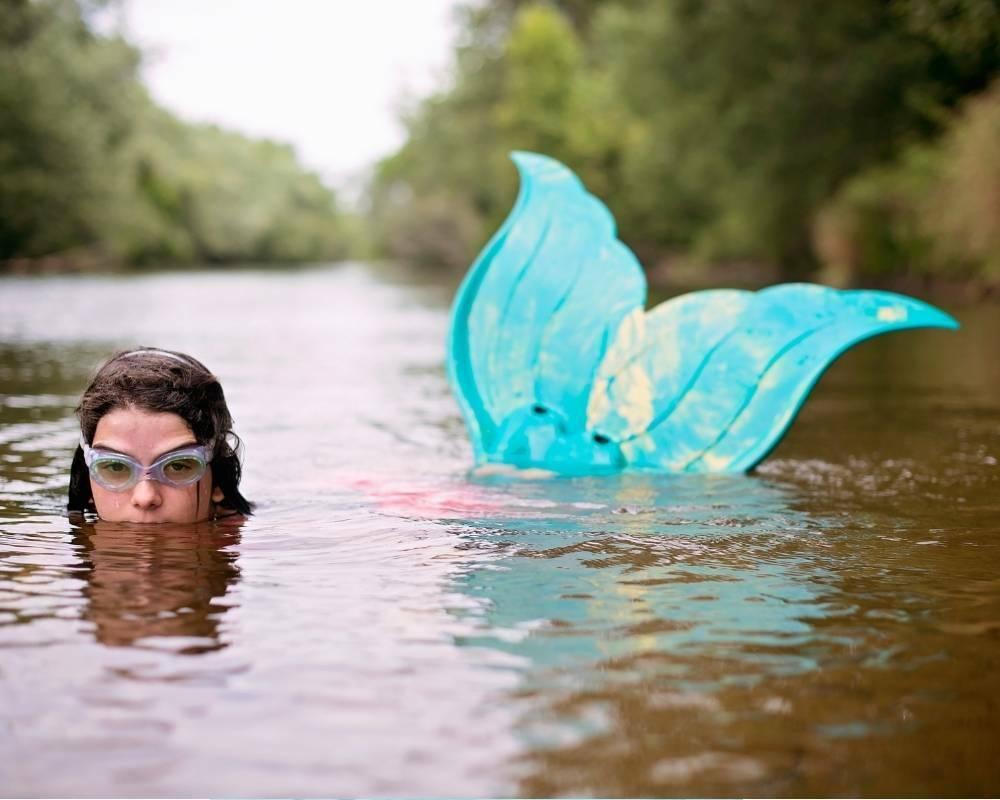 fille nage sirene mermaiding