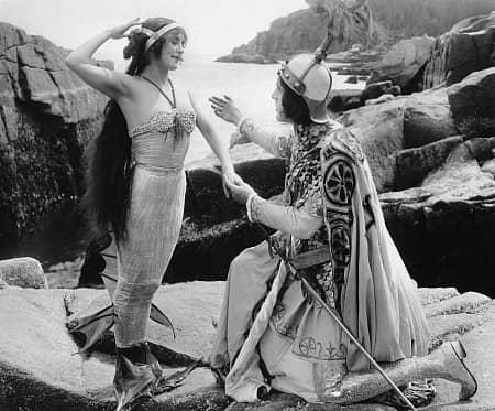 Annette-kelermann-actrice-sirene-Merilla-Queen-Of-Sea-Standing-With-Suplicant-min
