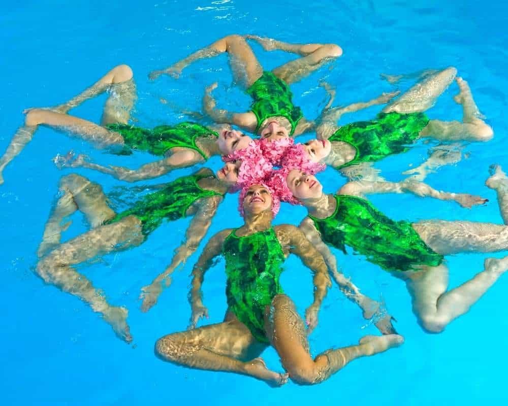 filles qui forment une figure de natation synchronisée